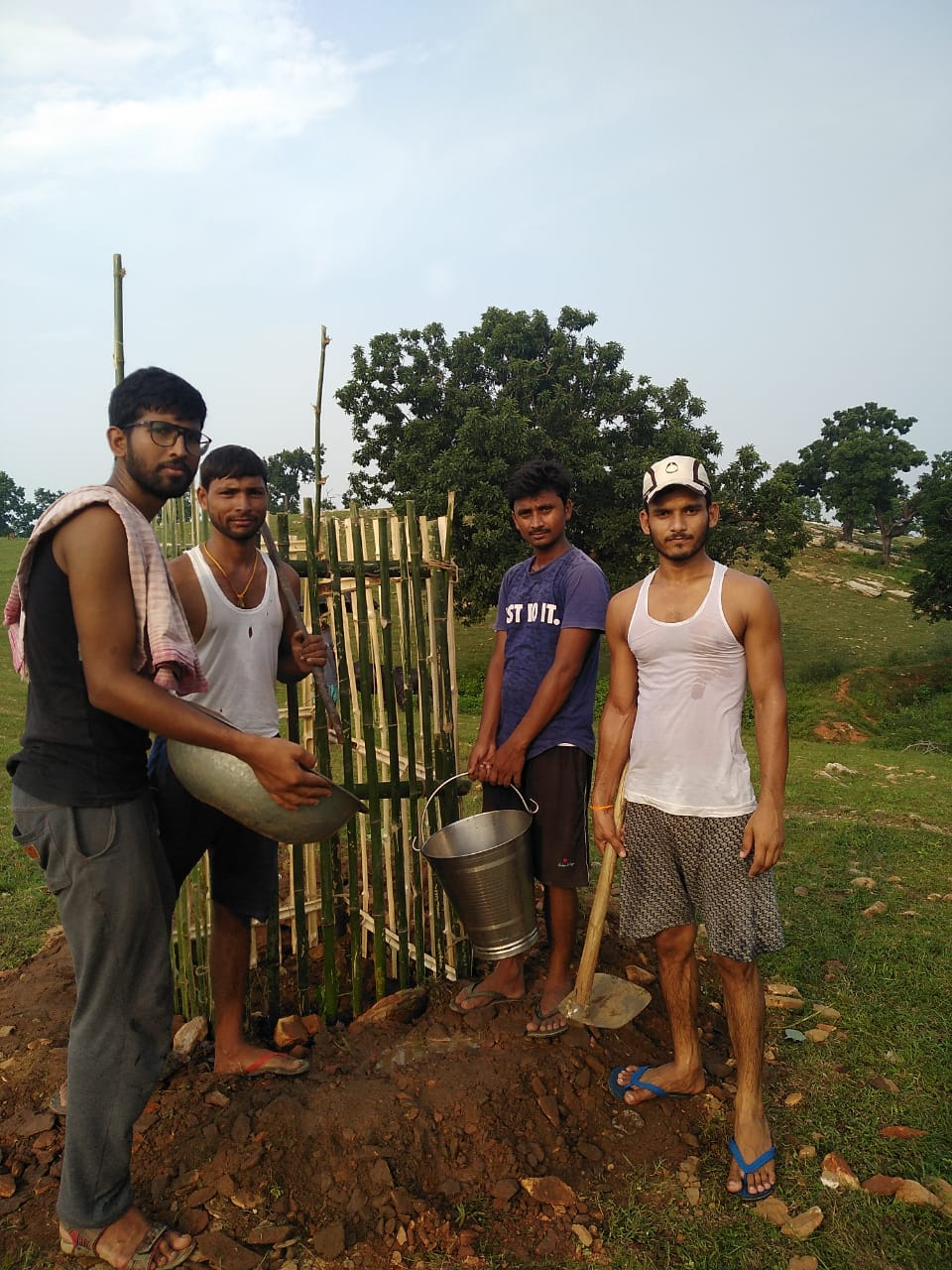 अपना गांव स्वच्छ गांव : पर्यावरण सुरक्षा के लिए नव युवकों ने लगाए पौधे