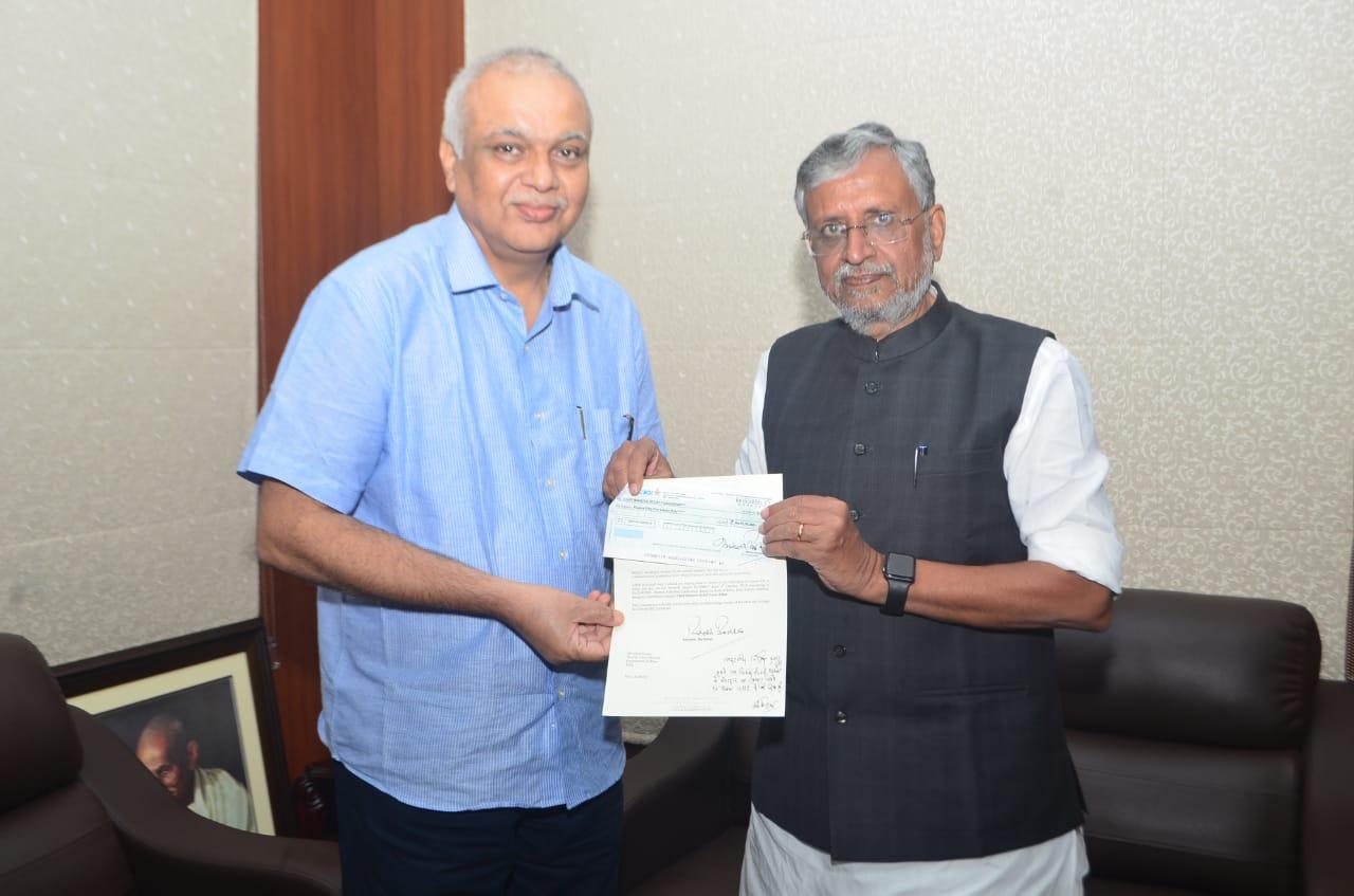 बिहार बाढ़ की त्रासदी में सहयोग  हेतु प्रसिद्ध अभिनेता श्री अमिताभ बच्चन जी ने अपने प्रतिनिधि श्री विजय नाथ मिश्र के माध्यम से मुख्यमंत्री राहत कोष में 51 लाख का चेक भेंट किया.