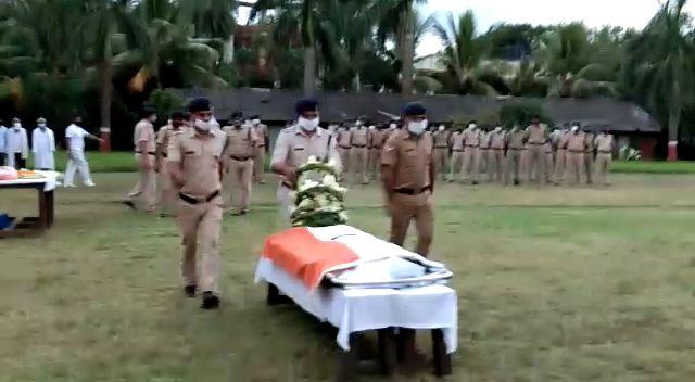गार्ड ऑफ ऑनर के बाद परशुराम को आरपीएफ के साथियों ने दी अपने जवान को अंतिम विदाई,