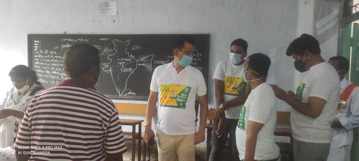 मुख्यमंत्री की 6 करोड़ 6 माह के संकल्प को पूर्ण करने के लिए जिले मेंबनाया गया817 टीका सत्र स्थल,टी शर्ट में नजर आए जिला पदाधिकारी,विश्वकर्मा पूजा पर स्वास्थ्य कर्मियों के बीच किया टी-शर्ट एवं मिठाई का वितरण,