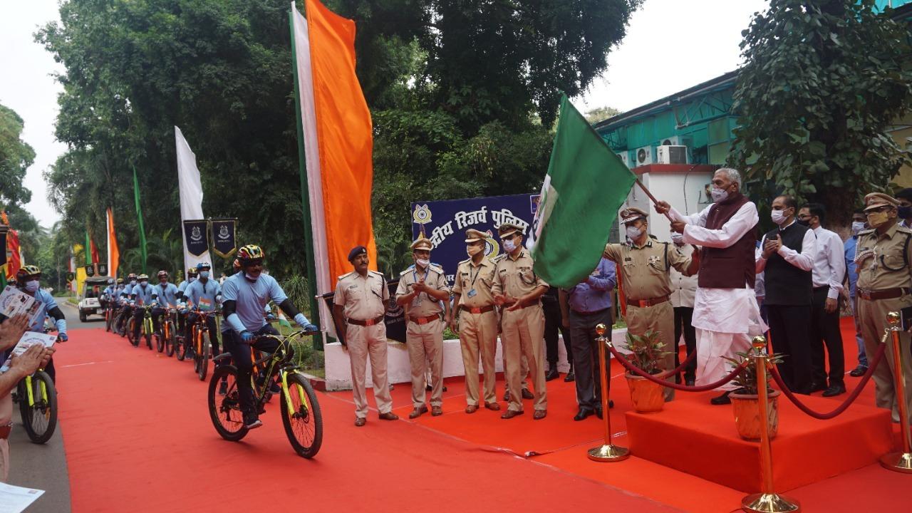 """बिहार के राज्यपाल फागु चौहान ने सीआरपीएफ बल की 'साइकिल रैली' को हरी झंडी दिखा कर किया रवाना, """"आजादी का अमृत महोत्सव'' के अन्तर्गत आयोजित हो रही है 'साईकिल रैली',""""आजादी का अमृत महोत्सव'' के अन्तर्गत आयोजित हो रही है 'साईकिल रैली',"""